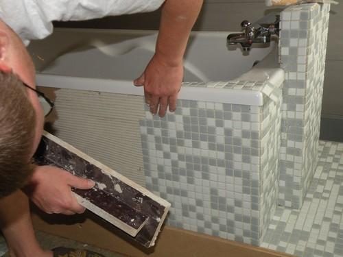 Mosaique baignoire jolie salle de bain taupe avec for Peigne a carrelage